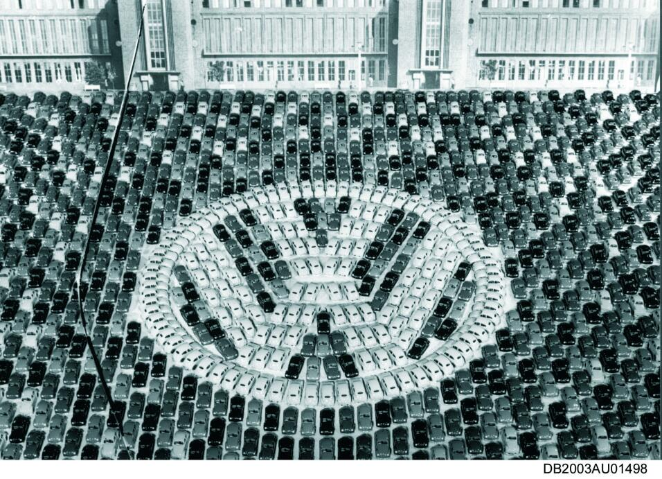 Imágenes históricas del Volkswagen Beetle first million 1955 historic_be...