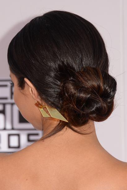 El traer todo el cabello recogido de esta manera realza tus facciones al...