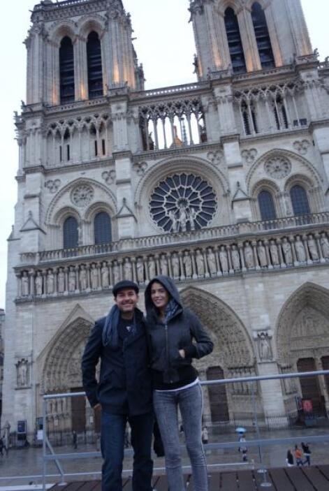En París, Carlitos no perdió la oportunidad de visitar la Catedral de No...