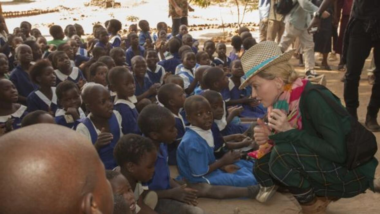 La cantante regresó a Malawi, lugar donde fundó escuelas y orfanatos, ad...
