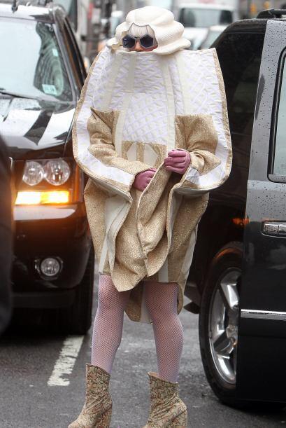 ¡Con este 'outfit' parece parte del filme 'Alicia en el Paí...
