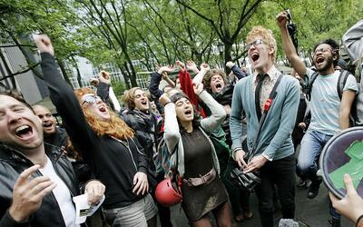 Los jóvenes aspiran a un cambio radical que Clinton no parece ofr...
