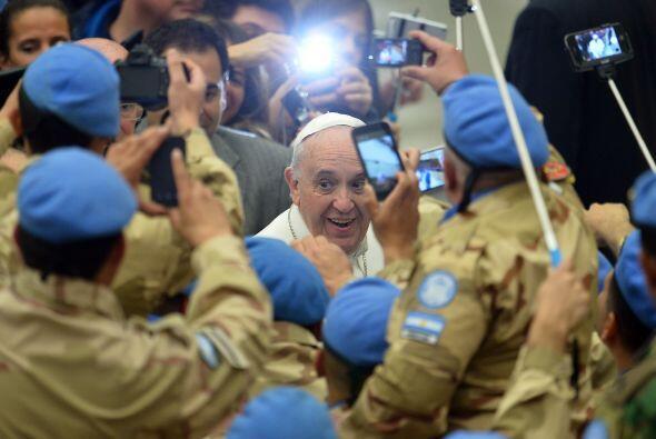 Francisco saluda a un grupo de soldados que aguardaban su llegada a la a...