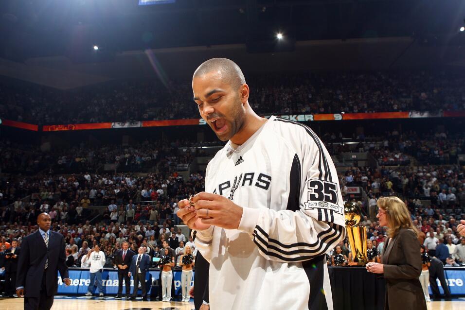 Tony Parker de los Spurs de San Antonio reacciona después de recibir su...