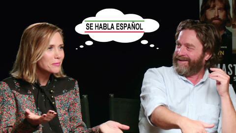 """Kristen Wiig y Zach Galifianakis hablan """"un poquito"""" de español"""
