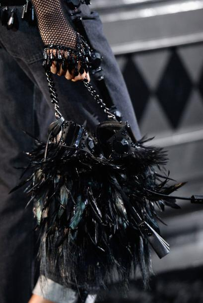 Las plumas, también se ven espectaculares en las bolsas.