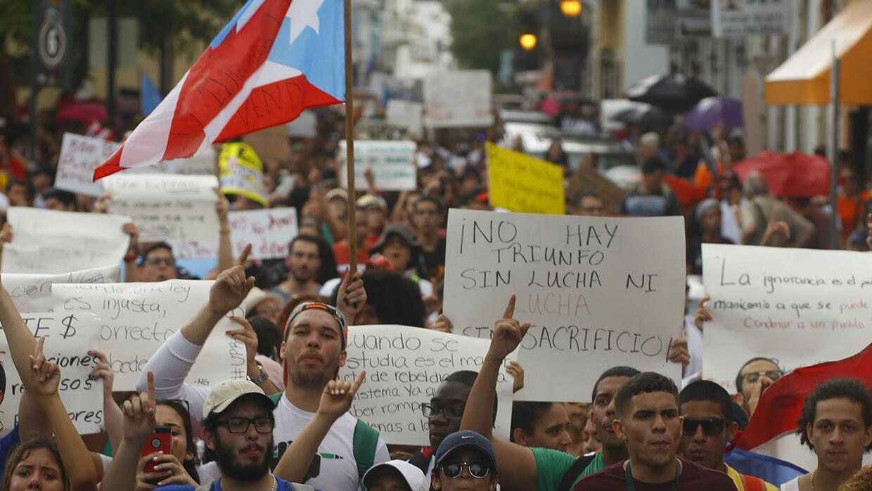 Estudiantes protestan contra el recorte de 300 millones de dólare...