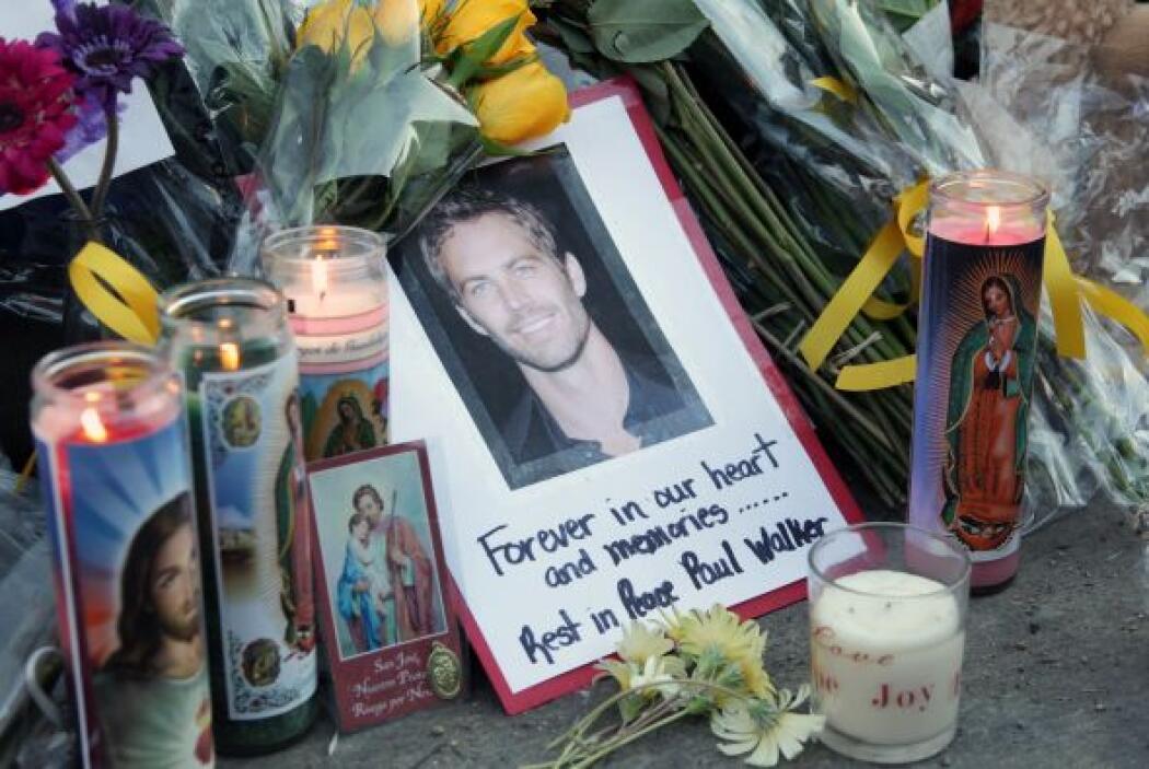 Una foto de Paul rodeada de veladoras y efigies de Jesucristo y la Virge...