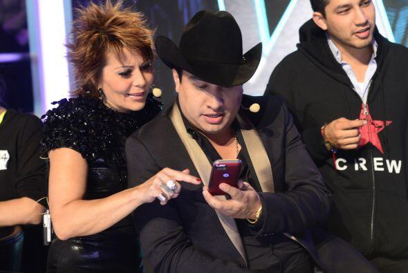 ¿Qué estarán revisando en el celular Alejandra y Larry?