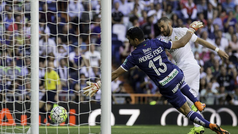 Benzema remató de cabeza un servicio de Isco con el que liquidó al Granada.