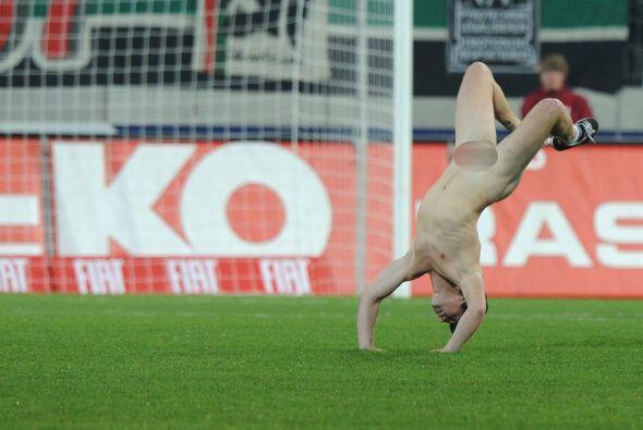 El tipo entró corriendo y... desnudo. Se le veía bastante contento hacie...
