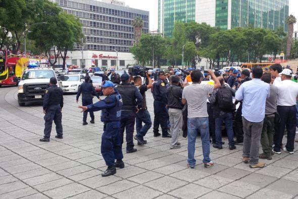 Hubo mujeres que se pararon frente a las grúas, con la intención de dete...