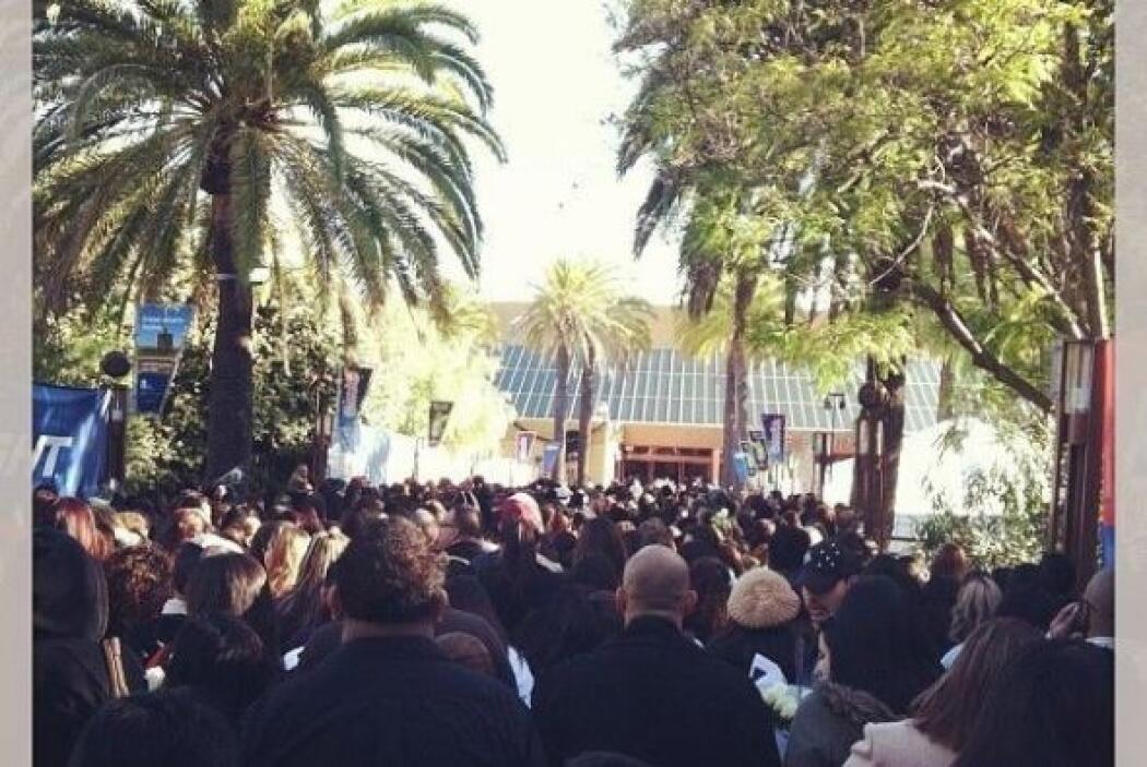 En las afueras del recinto cientos de fans esperaban la llegada del cuerpo.