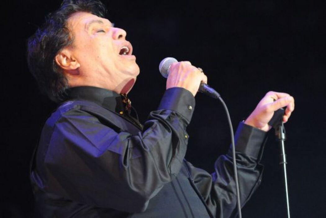 Durante un momento del concierto, el cantante apareció con un chaleco qu...