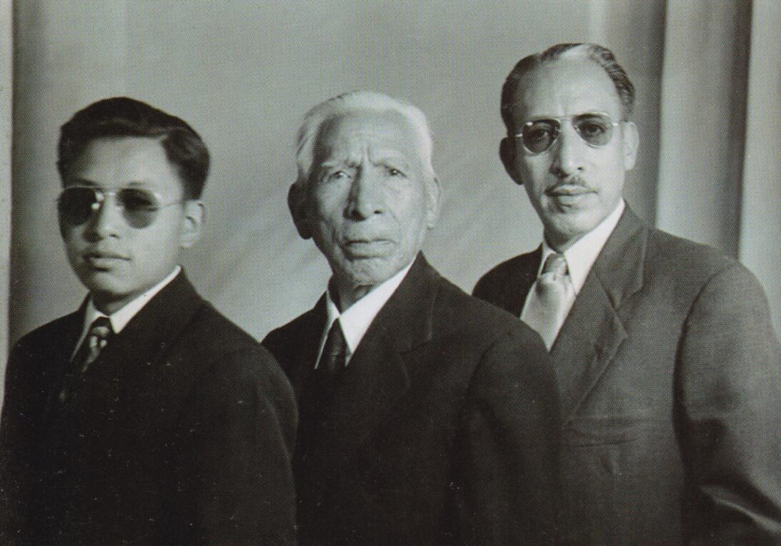 Las tres generaciones de fotógrafos: Julio Cordero Benavides (izquierda)...