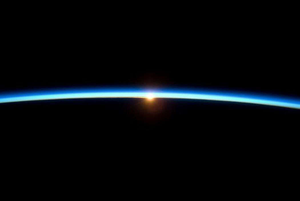 La delgada línea de la atmósfera de la tierra y el sol poniente se ofrec...