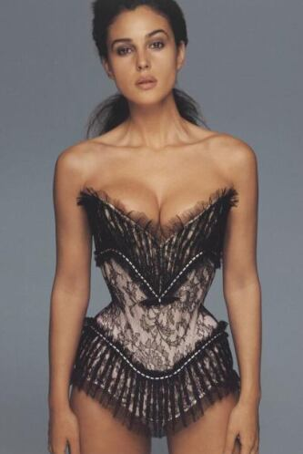 La bella Mónica Bellucci nos regaló una foto muy sexy donde muestra la c...