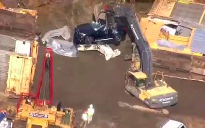Una camioneta BMW es movida por las tenazas de una grúa mec&aacut...