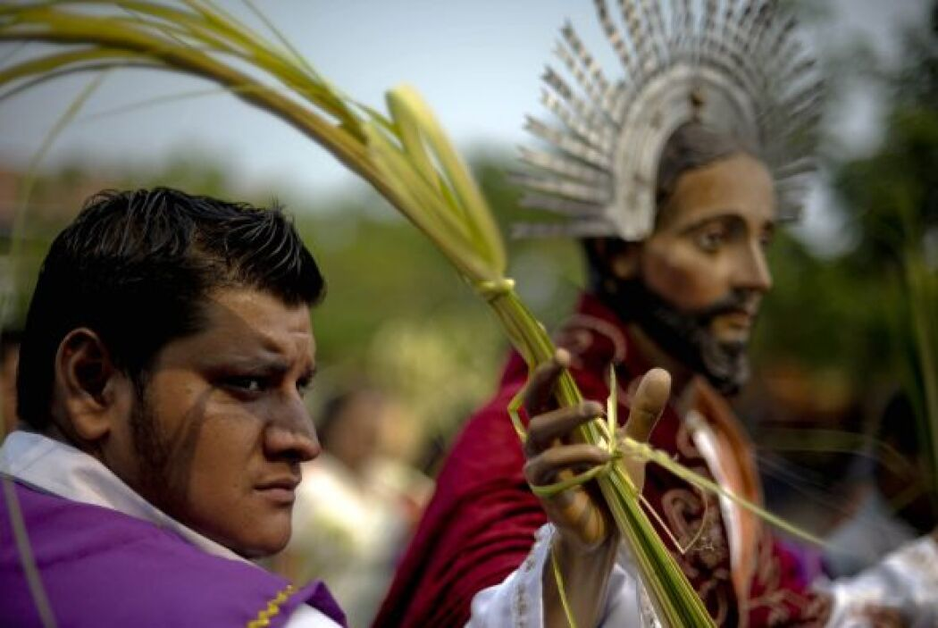 En El Salvador, los miembros de la hermandad de Jesús de Nazaret llevaro...