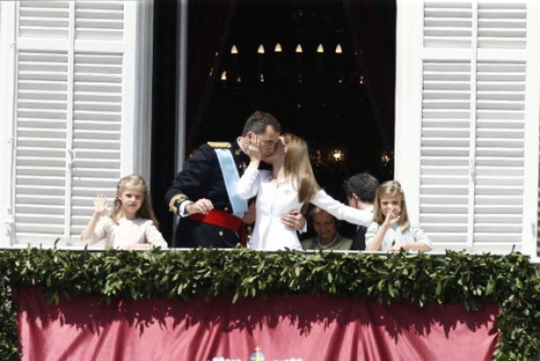 Los nuevos reyes repiten el beso que se dieron en ese mismo balcón hace...