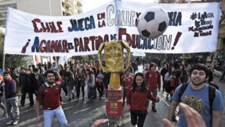 Multitudinaria marcha estudiantil en Chile.