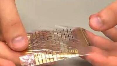 """La imagen fue tomada del video de YouTube """"Una piel electrónica que pesa..."""