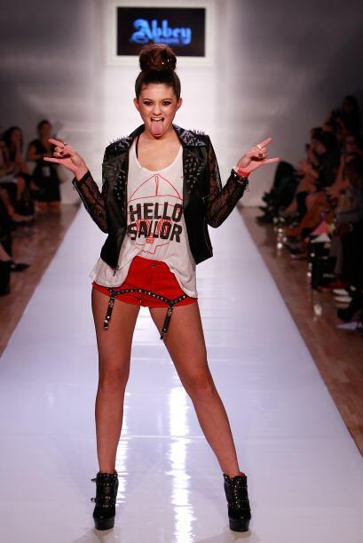 En una ola de ropa, pasarelas y fotógrafos, Kylie Jenner decidió mandar...