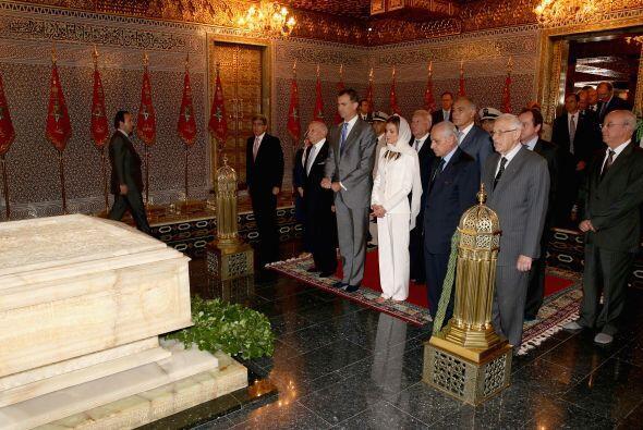 Ante la tumba de Mohamed V y descalzos como establecen los preceptos isl...