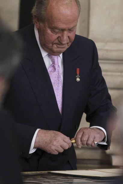 El Rey Juan Carlos se dispone a firmar la ley por la que abdica del tron...