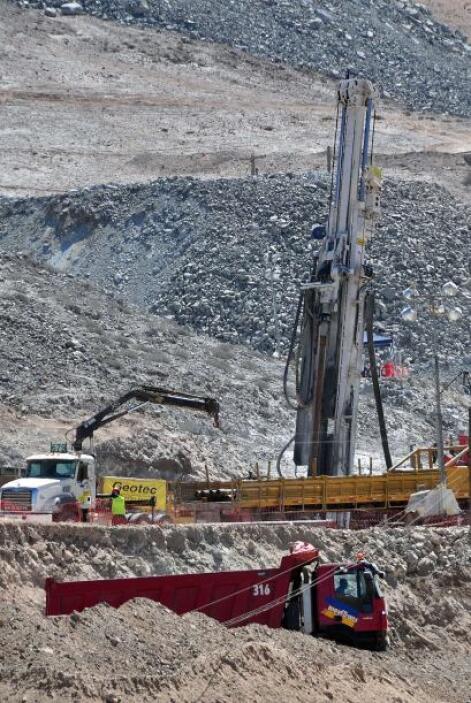 17 de septiembre: La excavadora T-130 llega hasta los mineros a 630 m ba...