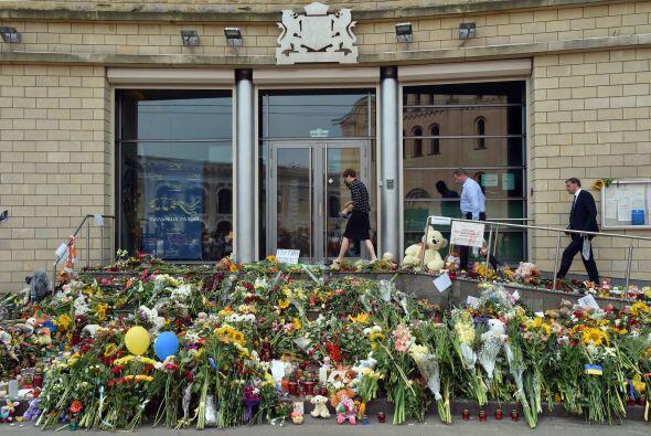 Otro santuario dedicado a las víctimas se montó afuera de...