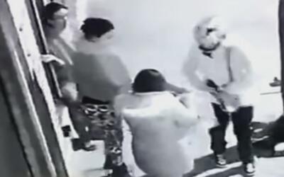 Con total tranquilidad, un ladrón asalta a tres mujeres en plena calle y...