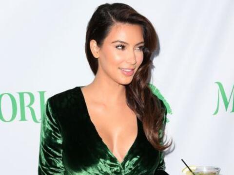 Si hay algo que Kim sabe hacer es lucir su escote.