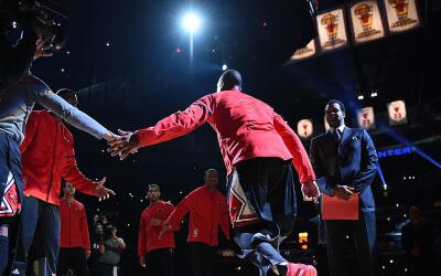 Wade es presentado y recibe una ovación por todo Chicago.