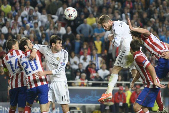 Pero esa oportunidad fue de Sergio Ramos quien se levantó en un t...