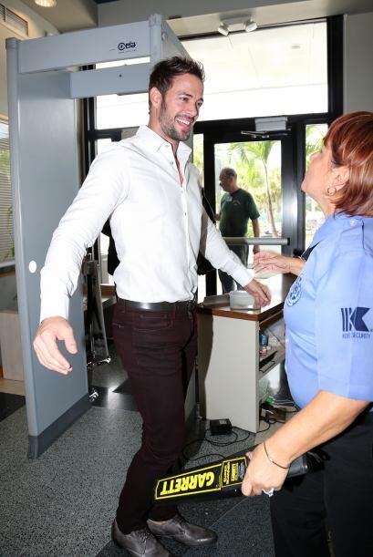 ¡La oficial de seguridad, quien de inmediato le pidió su abrazo y besito!
