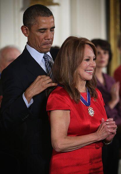 La actriz y activista social Marlo Thomas también recibió esta medalla.