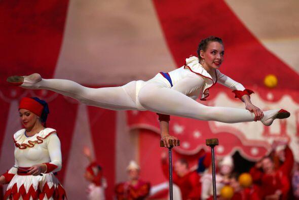 En él participaron casi 400 acróbatas, gimnastas y malabar...