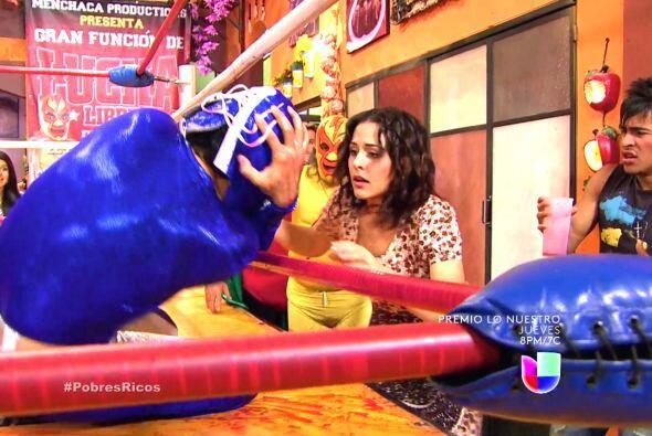 Lupita se quedó con la boca abierta al verlo y corrió en busca de su pad...