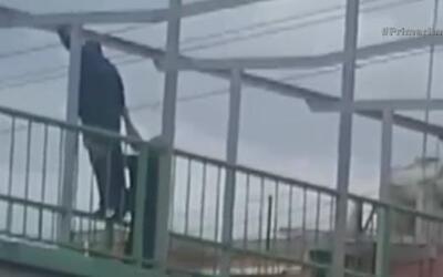 Policía intenta evitar que hombre se lanzara de un puente en México
