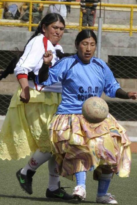 Estas cholitas sorprendieron a los espectadores con sus jugadas.
