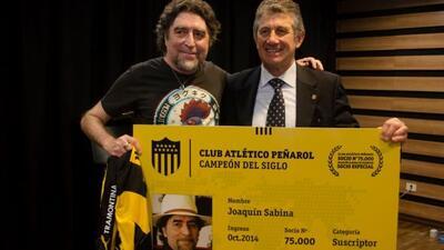 EL cantautor español se convirtió en el socio nñumero 75 mil del Peñarol.