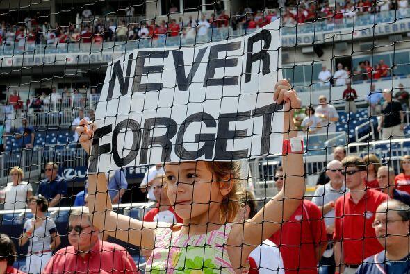 'Never forget' (Nunca lo olvides) se convirtió en la frase representativ...