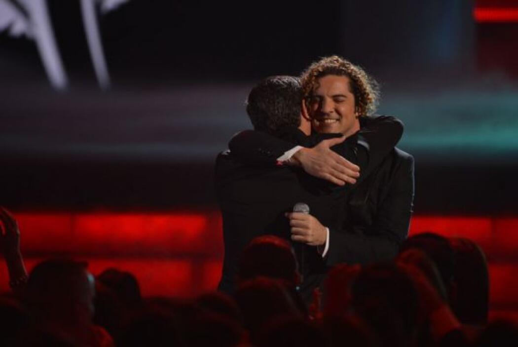 Y se acercó a abrazar a Alejandro.
