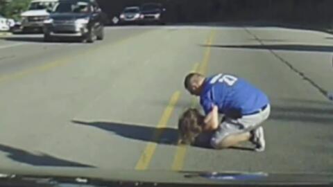 Video: El rescate a una niña que se salió de un bus en movimiento y cayó...