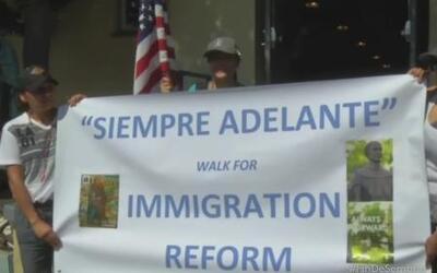 Inmigrantes de Orange desfilan por una reforma migratoria