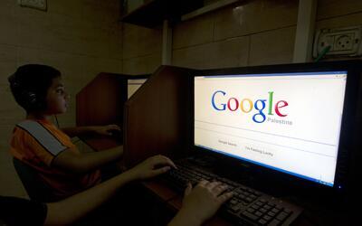 Un niño hace una búsqueda en Google