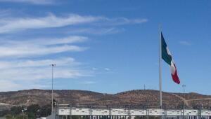 Bandera mexicana en la frontera del Río Tijuana