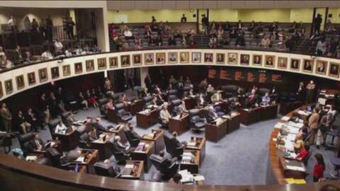 Legisladores republicanos de Texas buscan aprobar una ley que elimine po...
