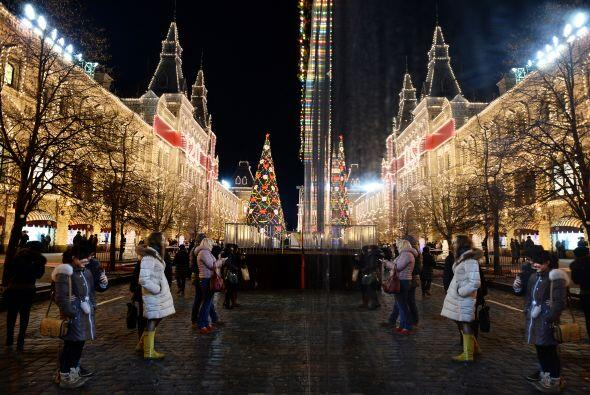 Y desde Moscú, la gente celebró escasamente Navidad, los preparativos se...